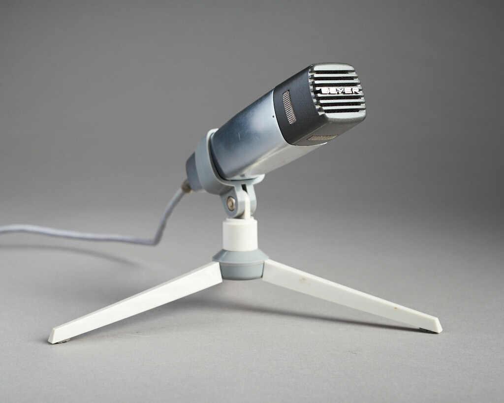 Beyer Vintage Mikrofon mit Schreibtisch und Kabel