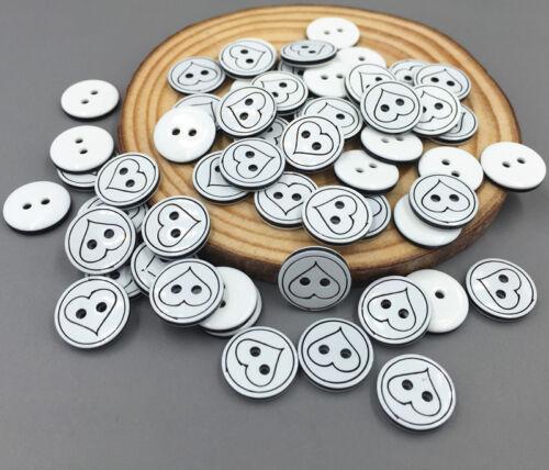 200 Botones de Resina patrón de corazón Ajuste Costura Álbum De Recortes Manualidades 13mm de 2 agujeros