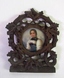 Porzellan-Miniatur-in-geschnitztem-Rahmen-Maedchen-in-Tracht-mit-Rose-sueddt