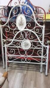 Dettagli su antico letto singolo in ferro battuto bianco, fiori dipinti sui  medaglioni\'900.