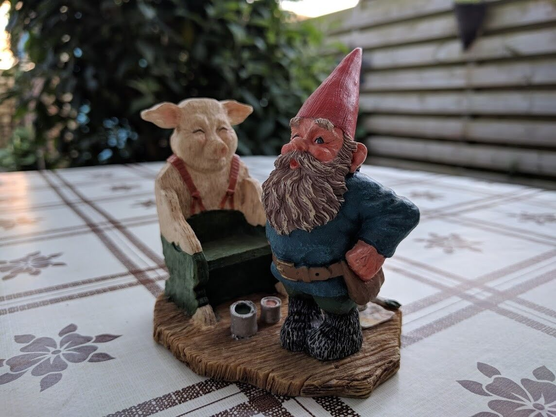 Rien Poortvliet Classic David the Gnome Kabouter Statue EGrün with Pig Chair