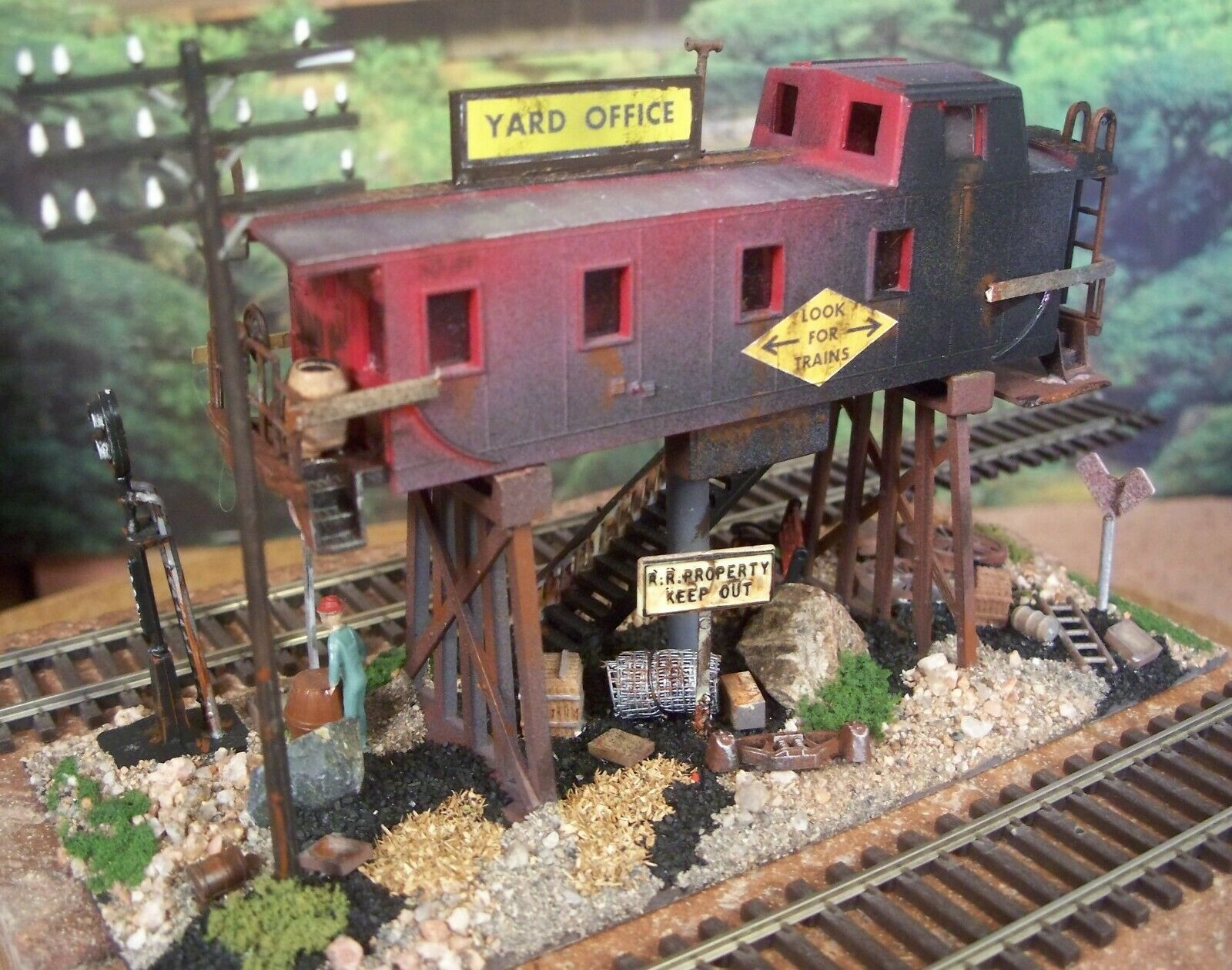 HO HAND WEATHERED & BUILT CABOOSE SCRAP YARD OFFICE DIORAMA BUILDING ON TRESTLES
