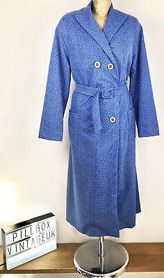 1980s Doppio Petto Con Cintura Blu/bianco Design Picchiettatura Cappotto Taglia 14-16-mostra Il Titolo Originale Facile Da Lubrificare