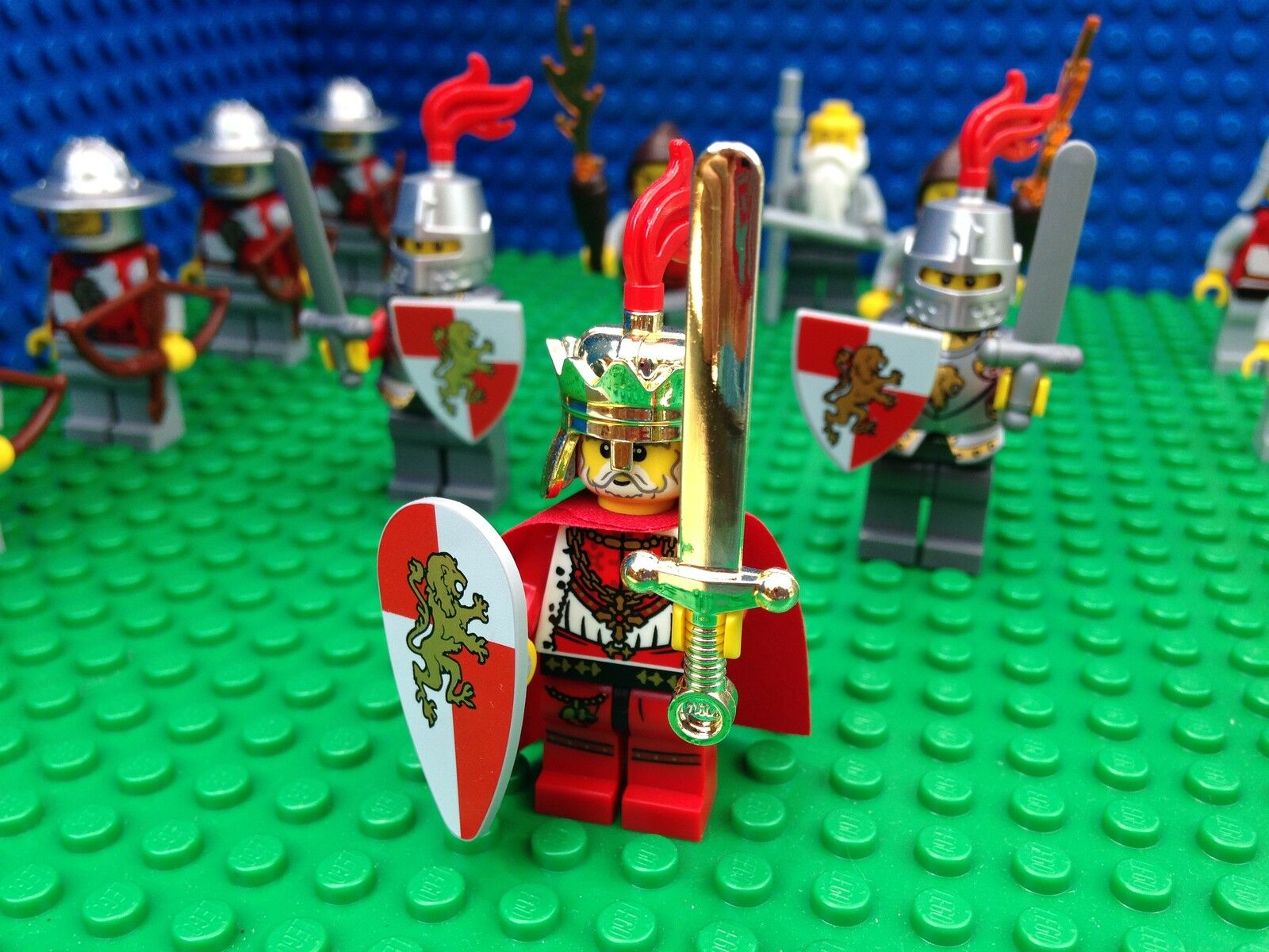 Lego Kingdoms LION KING AND ARMY Knights Minifigs Castle Weapons 14 Minifigures
