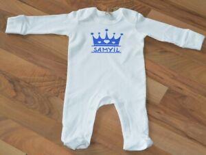 Baby-Organic-Sleepsuit-Strampler-weiss-bedruckt-mit-Krone-und-Namen-neu-Junge