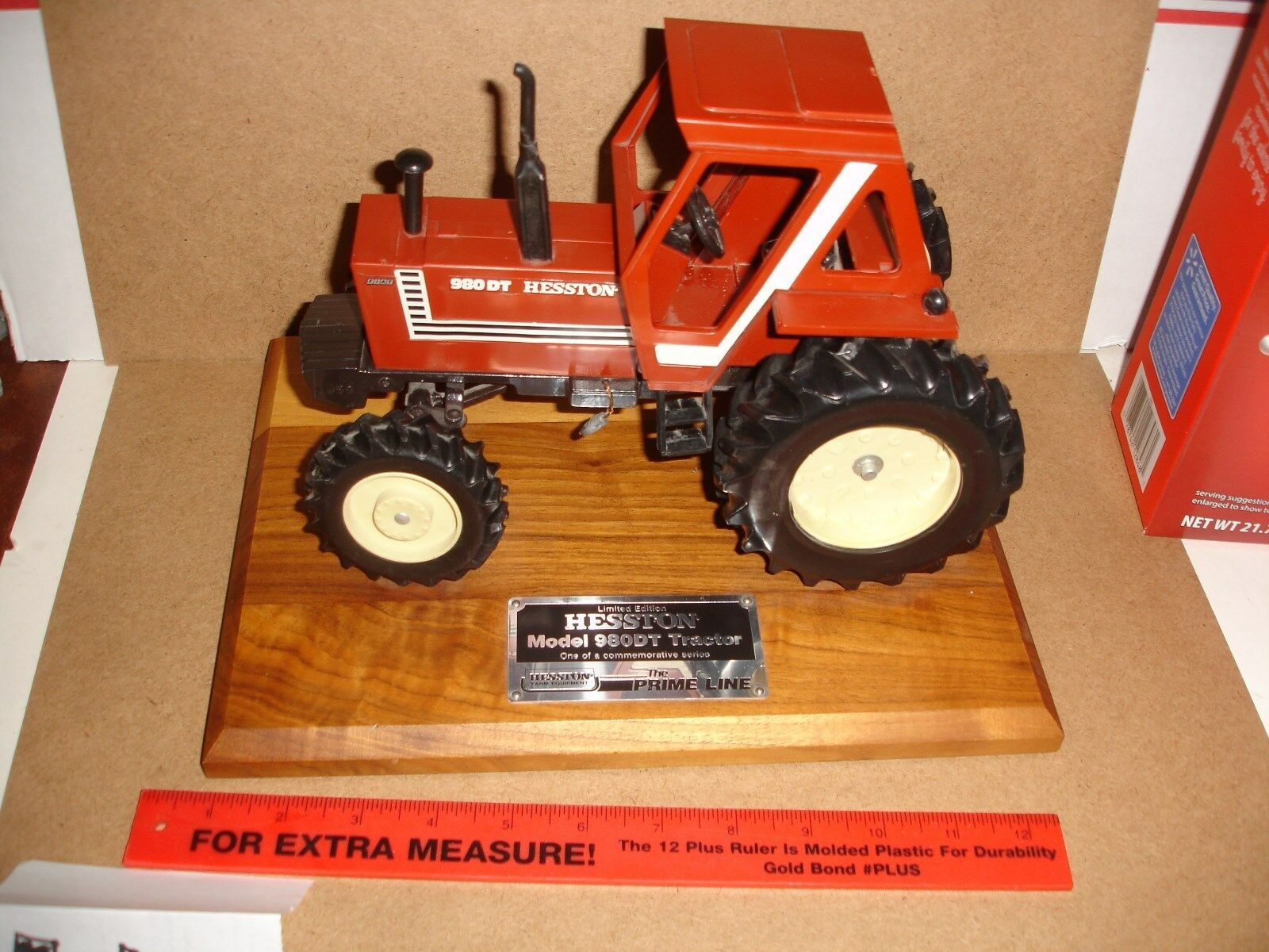 1 16 Heston 980 DT Tractor on trä Plaque