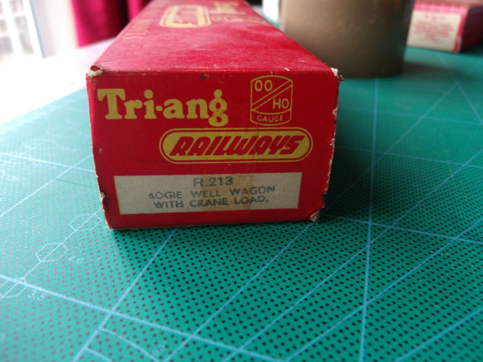 OO GAUGE TRIANG - BOGIE WELL WAGON WAGON WAGON WITH CRANE LOAD R213  - with original straps d7ebb6