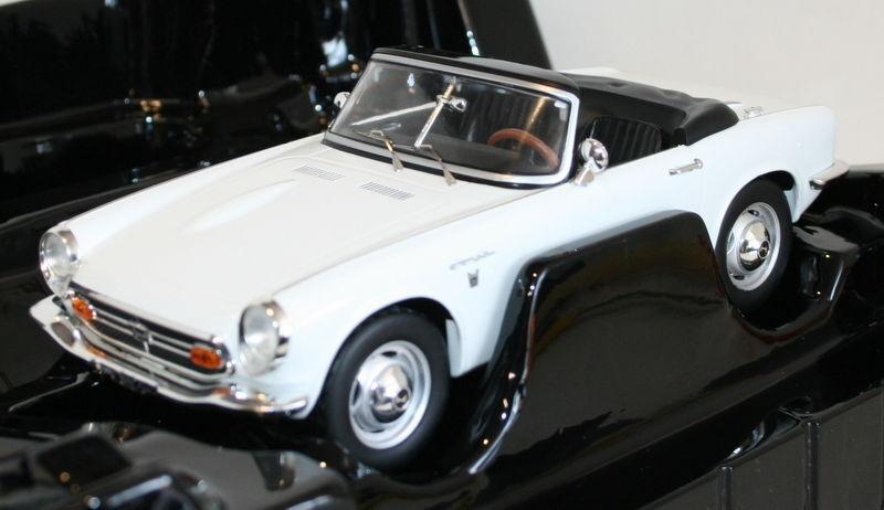 TRIPLE 9 1/18 SCALA-HONDA S800 Roadster Cappuccio Bianco Auto Modello Diecast
