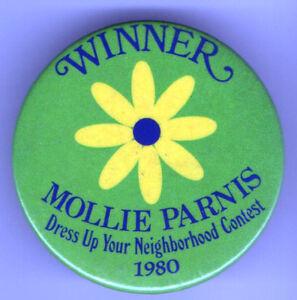 1980-Pin-Winner-Mollie-Parnis-DRESS-Up-NEIGHBORHOOD-pinback-buttom-DAISY-Flower