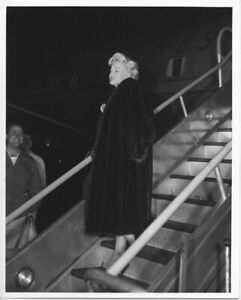 Marilyn-Monroe-boarding-American-Airlines-Plane-Vintage-8x10-Press-Still-Photo