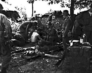 New-8x10-Korean-War-Conflict-Photo-Wounded-American-Soldiers-Receive-Treatment