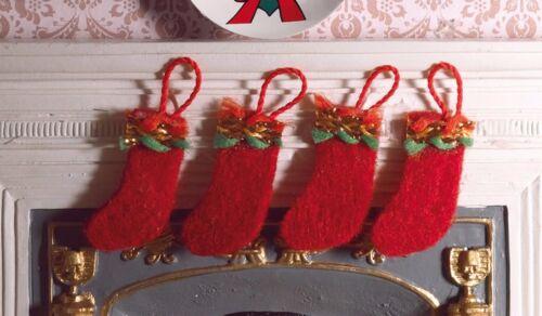 Échelle 1:12 plat 4 Rouge Feutre Chaussettes de Noël tumdee Maison de Poupées Accessoire