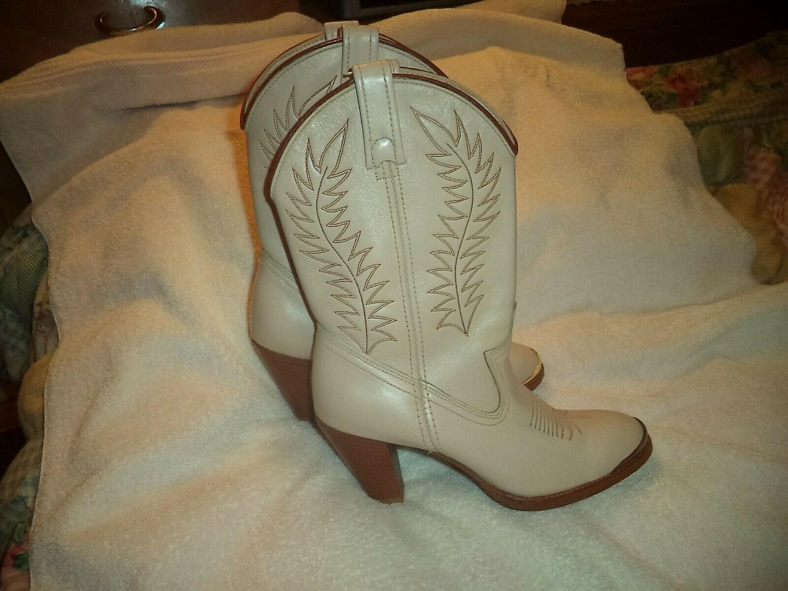 LADIES  ACME  WESTERN BOOTS SZ 6M DETAILED gold TIP