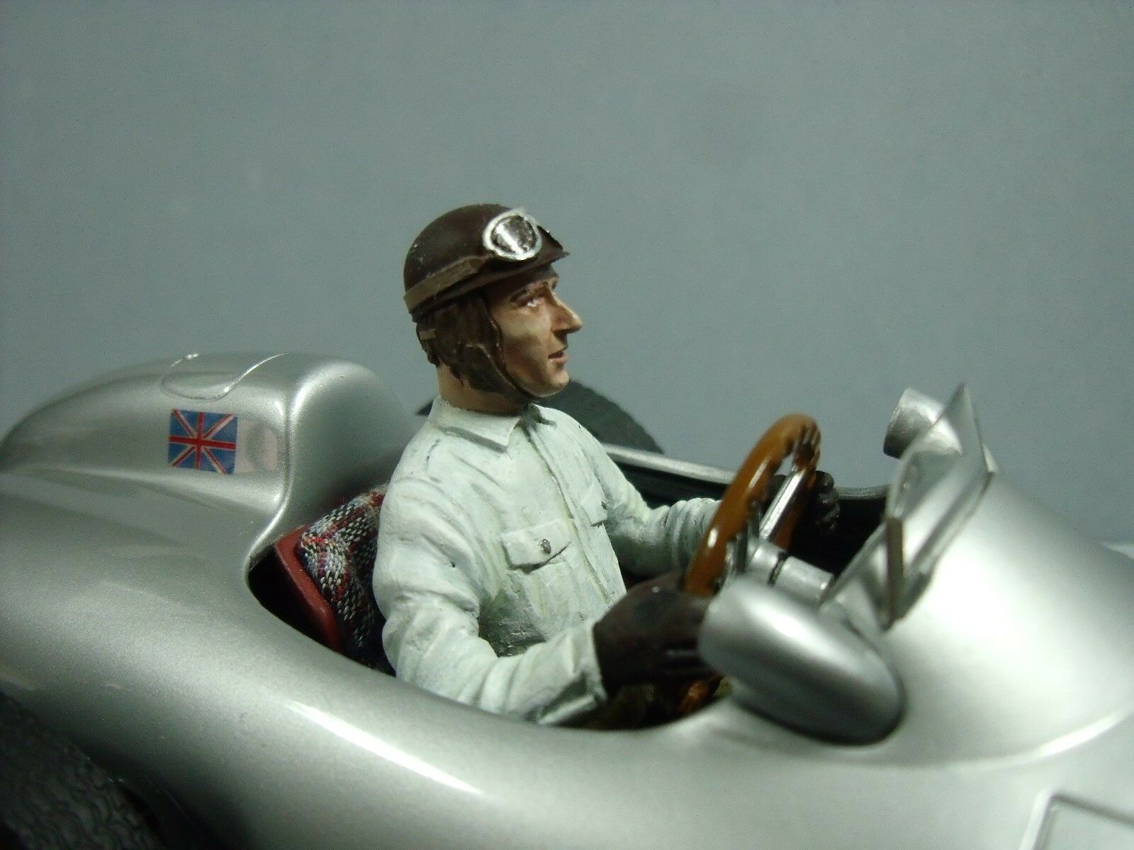1 18  FANGIO  DRIVING  PAINTED  cifra  VROOM  MERCEDES  W196  MONOPOSTO  CMC