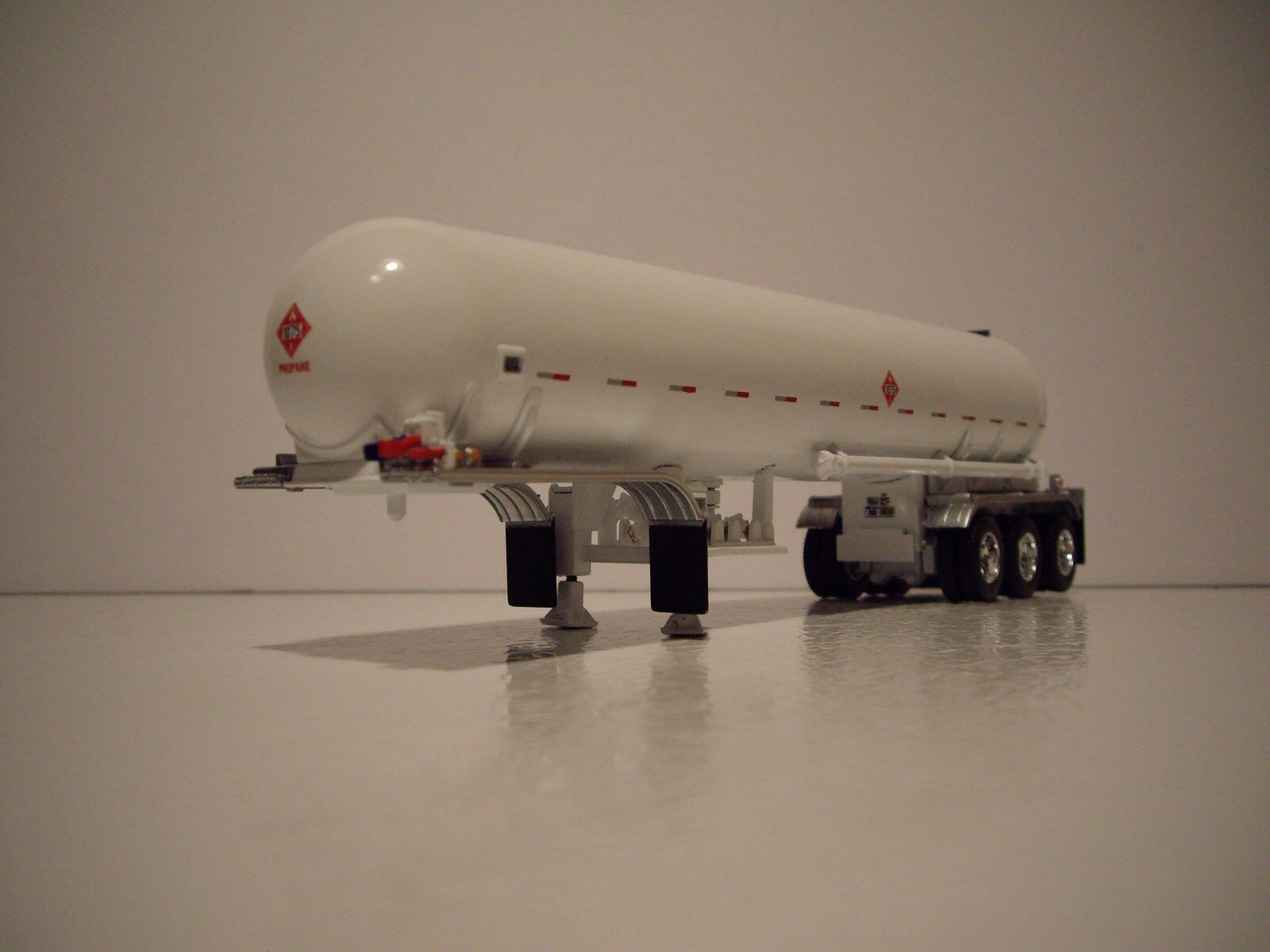 DCP FIRST TANKER LPG MISSISSIPPI TRI-AXLE WHITE 64 1 GEAR