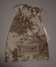 Un sac à lingerie en toile de jouy.