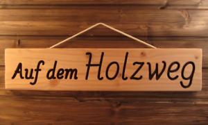 Auf-dem-Holzweg-Holz-massiv-gefraeste-lackierte-Gravur-schoenes-Geschenk-56-cm