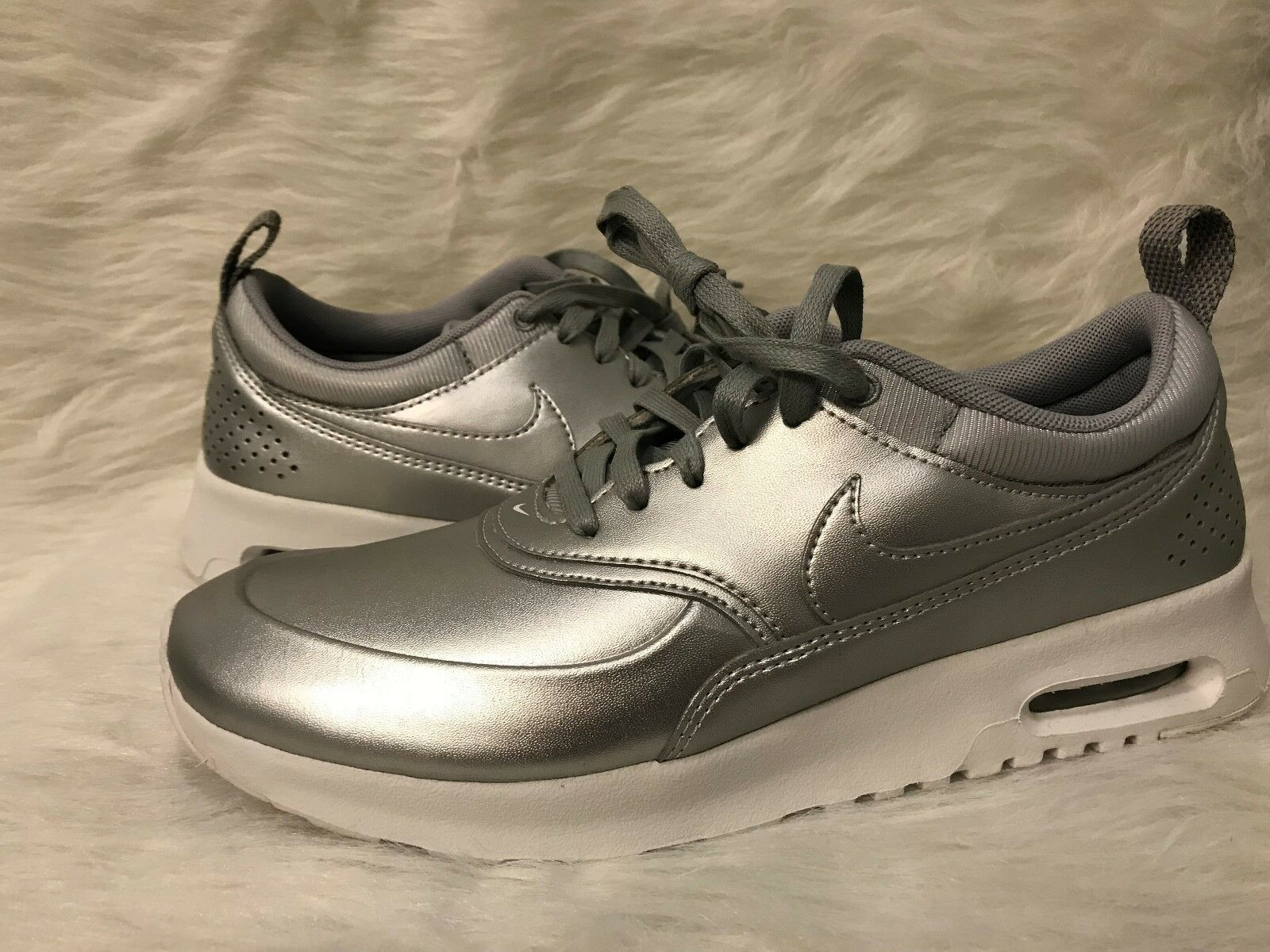 861674-001 Silver Women's Nike Size: 8