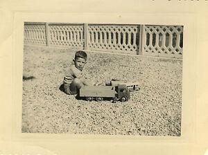photo ancienne vintage snapshot enfant jouet en bois camion voiture old toy ebay. Black Bedroom Furniture Sets. Home Design Ideas