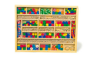 Scatola-con-elementi-in-legno-per-fare-collane-e-braccialetti-cm-32x25x2