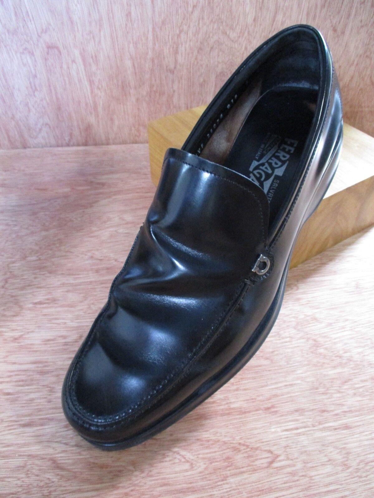 Salvatore Ferragamo cuir noir logo argenté ornement moderne Conduite Mocassins 9D