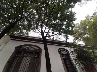 Casa con fachada clásica espectacular exterior con altura de 5 m