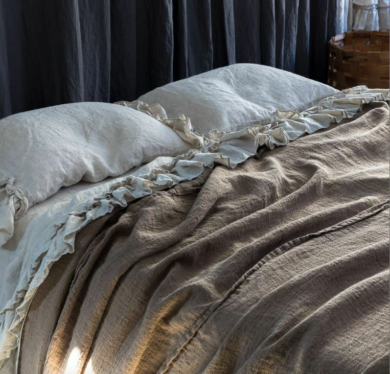LINEN BEDSPREAD. Soft and puffy texturosso, rustic style linen blanket throw