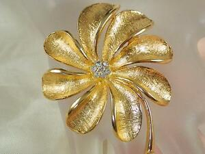 Very-Pretty-Vintage-1950s-Rhinestone-Gold-Tone-Flower-Brooch-863S4