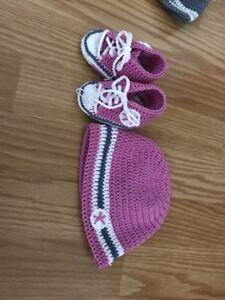 Baby-Set-gehaekelt-Schuhe-Sneakers-Muetze-Groesse-0-3-Monate