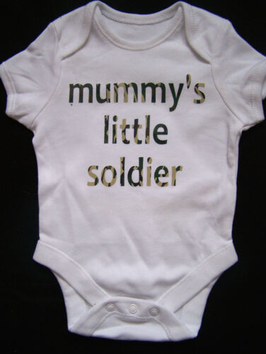BABY BOY,GIRL MUMMY/'S LITTLE SOILDER CAMO ARMY WORDING VEST,BABYGROW 0-3 MH