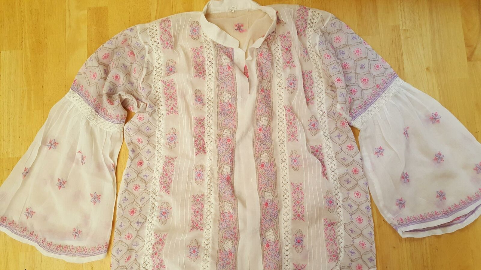 Beautiful hand crafted shirt Weiß with designs