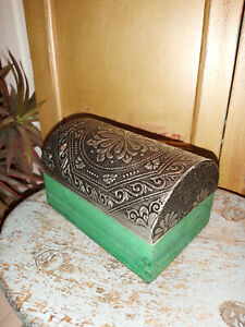 VINTAGE EFFECT DOMED MANGO WOOD PAINTED GREEN BOX WITH A EMBOSSED TIN LID