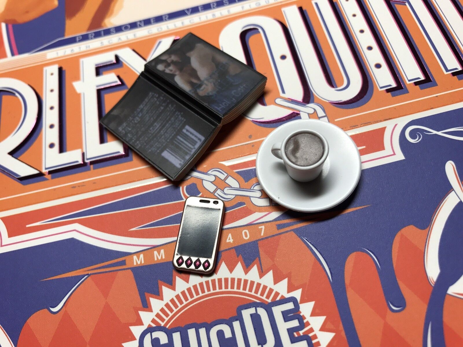 Hot Toys SUICIDE SQUAD HARLEY QUINN PRISONER VERSION 1 6 book   cup   phone