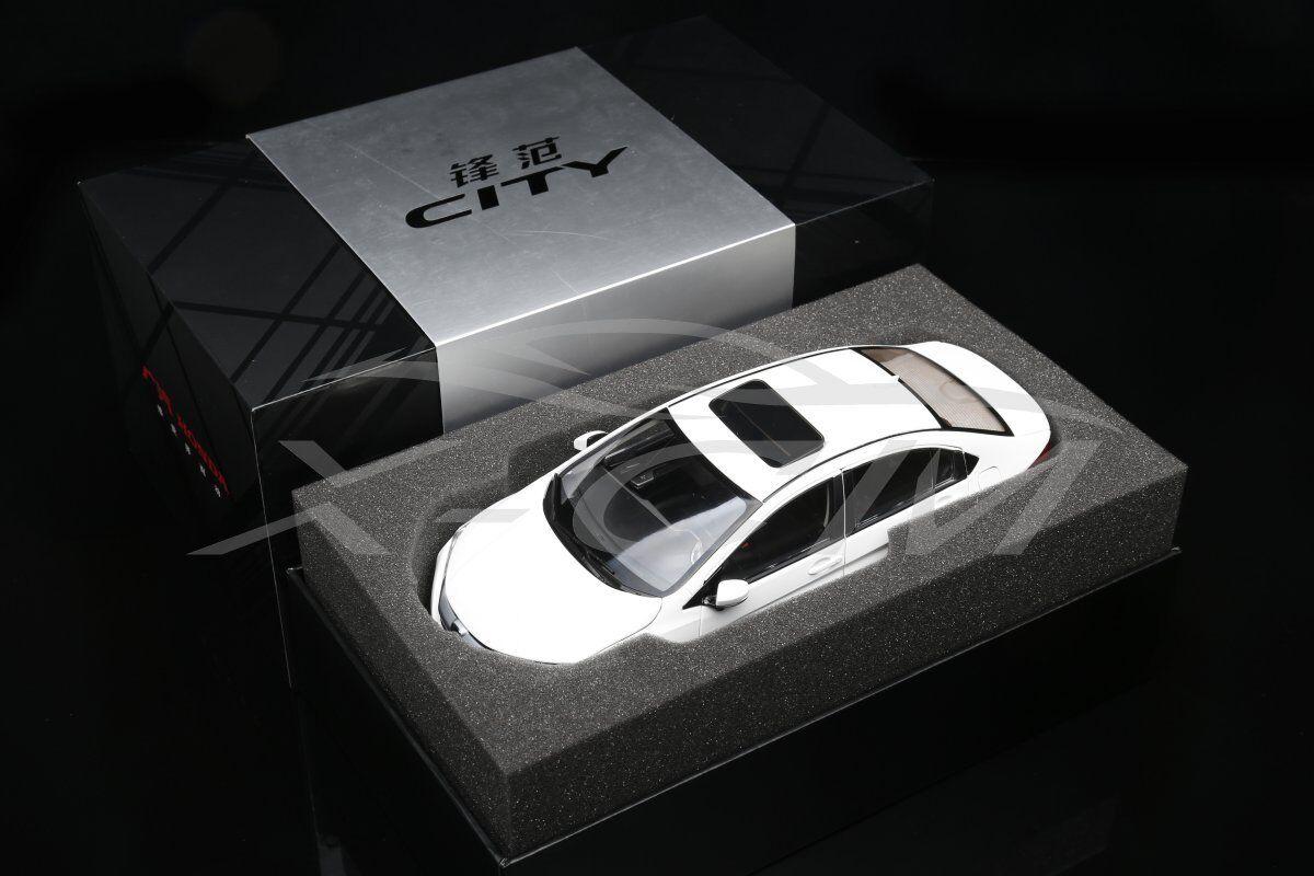 NUOVO Modello Diecast Auto HONDA CITY 1:18  bianco  + REGALO