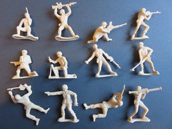 100% Vrai 139 - Figurines Plastique - 12 Soldats Différents - Vintage