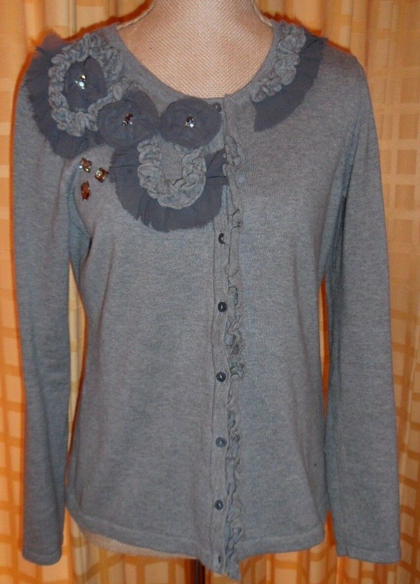 DAISY FUENTES VERY CUTE BUTTON DAWN SWEATER WITH NICE DETAILS, PERFECT FOR ALL O