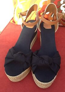 9cf01b53d7c0 Stunning!   New TORY BURCH  PENNY  KNOTTED BOW WEDGE SANDALS ...