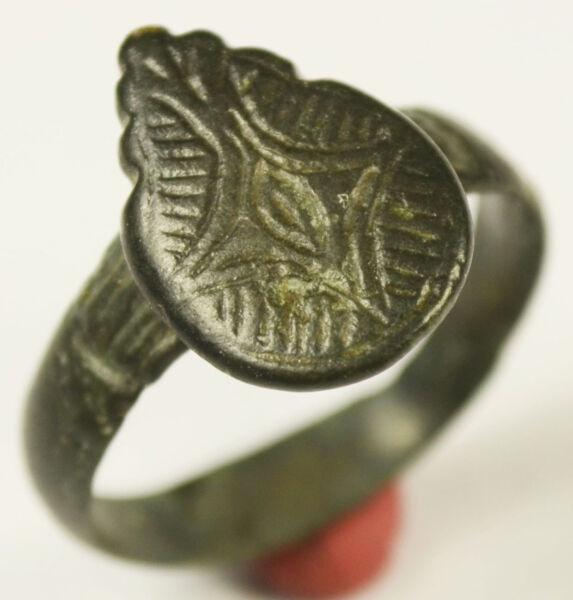 065-antigua Sortija Romana En Bronce Con Bonito DiseÑo Floral- Siglos 1ºº/3ºd.