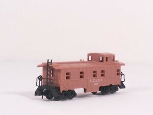 N-Scale-Arnold-Rapido-0419S-Cupola-Steel-Offset-8-Window-Caboose-AT-amp-SF-1957