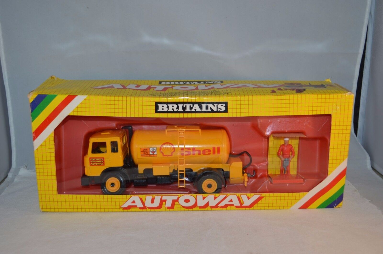 Britains 9817 Autoway Shell Fiat Iveco Petrol tanker 99.9% mint in box