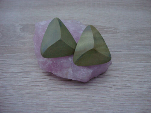 Schöne Ohrclips aus Holz in dreieckiger Form grün neu zu verkaufen