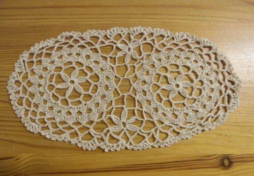 12 x 23 cm creme//hell-beige unbenutzt! Häkel-Deckchen Handarbeit oval