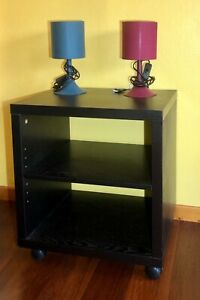 2 chevets / tables de nuit noires en bois sur roulettes avec étagère réglable