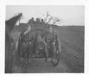 Original-Foto-Wehrmacht-Soldaten-mit-Geschuetz-vor-Kamo-Strasse-Ostfront-2-WK