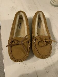 Minnetonka women's Tan Suede Leather lined Moccasins size 4 Never Worn (girls)