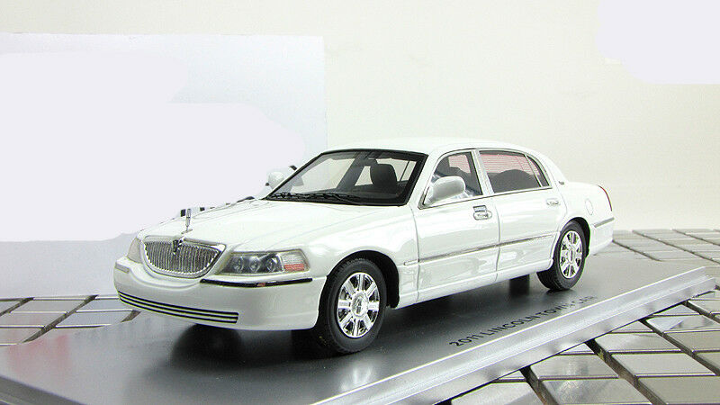 Limousine Lincoln Town Car 2012 bianca Luxury Collectibles 1:43 LC101560
