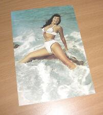 BETTIE Page Queen of Burlesque erotico POSTCARD atto nude beach Bikini seno RAR
