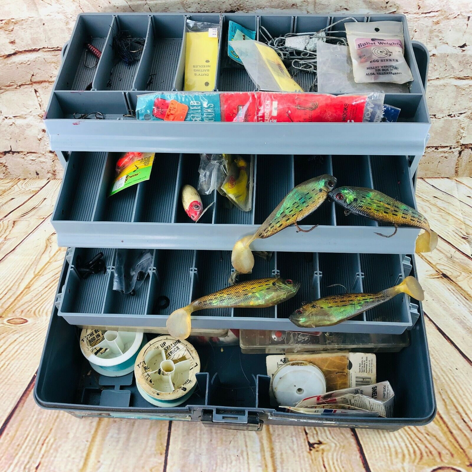 Caja de aparejos de pesca con accesorios (Cebos, señuelos, ganchos, plomos, pobbers, etc.)