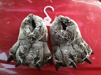 - Youth Bear Claw Slippers Size Medium/large (2/3)