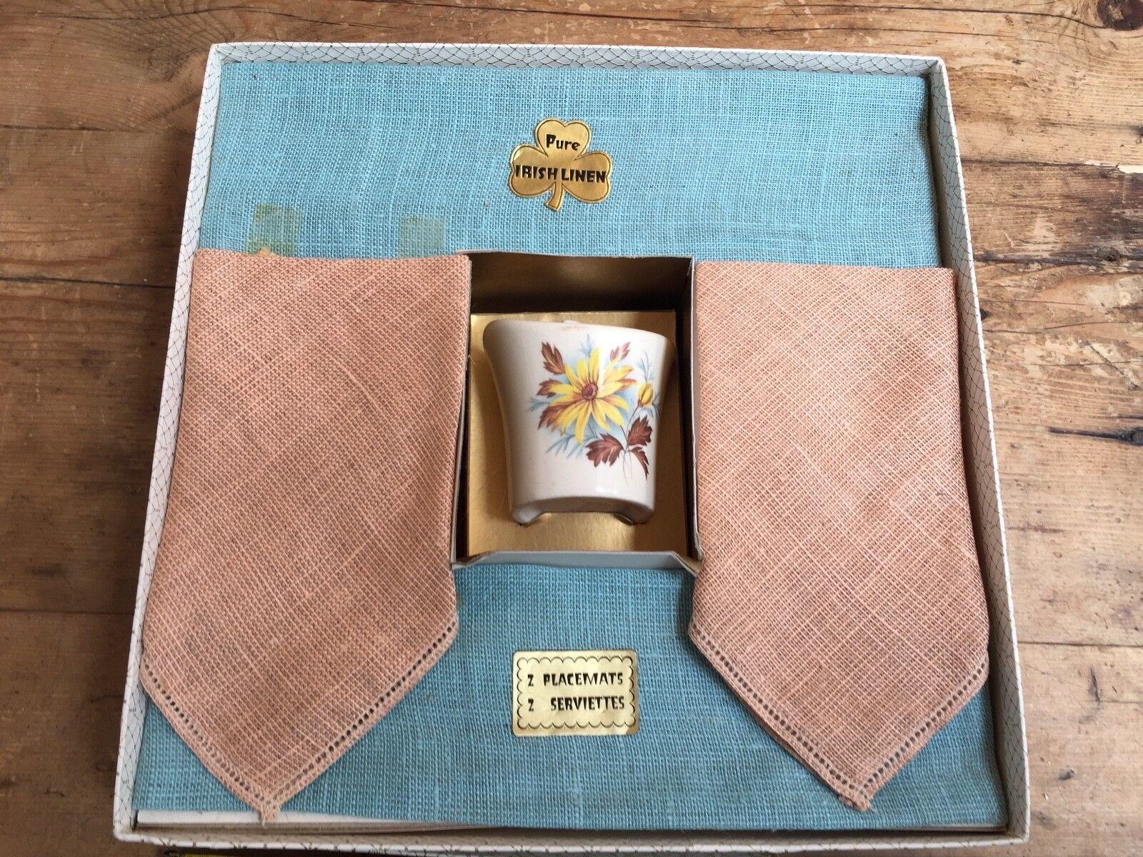VINTAGE Nuovo con Scatola puro lino irlandese Tè Set 2 tovagliette 2 TOVAGLIOLI + tazza in ceramica
